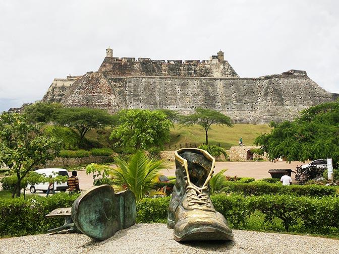 Monumento a Los Zapatos Viejos y detrás El Castillo de San Felipe de Barajas - Hoteles en Cartagena